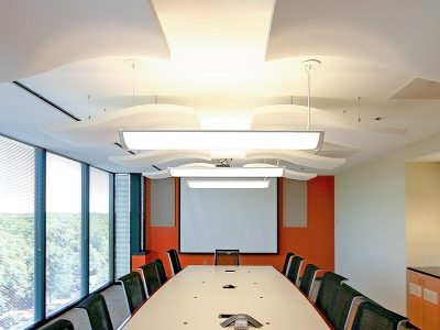 At Verisk Health, the Whisperwave® Ceiling Clouds and Anchorage panels offer a clean design element and improve the room for teleconferencing.